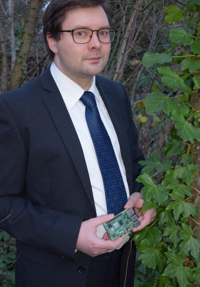 Maximilian Batz im Geschäftsanzug